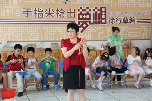 """7- 杜琴芬指导暑期""""草编之旅""""学生来校实践活动1_副本.jpg"""